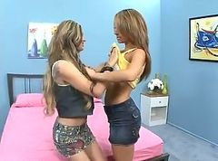 Luscious Jesse Capelli Experimenting With Her GirlfriendâЂ™s Pussy